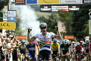 Dayl Impey, vainqueur de l'Étape 1 du Critérium du Dauphiné
